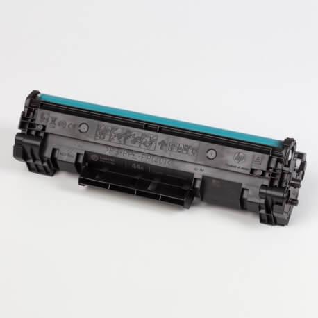 Auf dem Bild sehen Sie den ArtikelCF244A von Hewlett-Packard. Dieses Toner Modell eignet sich für die Wiederaufbereitung und wird daher zum Recycling angekauft.