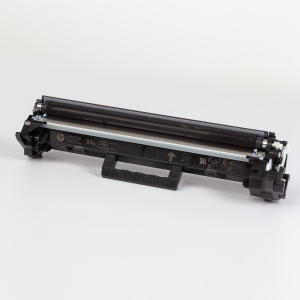 Auf dem Bild sehen Sie den Artikel CF294A von Hewlett-Packard. Dieses Toner Modell eignet sich für die Wiederaufbereitung und wird daher zum Recycling angekauft.