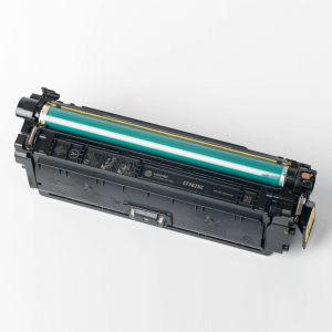 Auf dem Bild sehen Sie den Artikel CF360X-63X von Hewlett-Packard. Dieses Toner Modell eignet sich für die Wiederaufbereitung und wird daher zum Recycling angekauft.