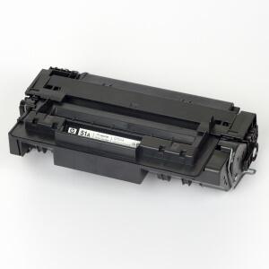 Auf dem Bild sehen Sie den Artikel Q7551A von Hewlett-Packard. Dieses Toner Modell eignet sich für die Wiederaufbereitung und wird daher zum Recycling angekauft.